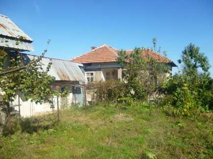 Rural property with two houses and spacious yard located in a quiet village 30 km away from Vratsa
